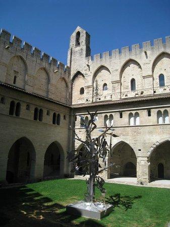 Palais des Papes : Uno de los patios en el Palacio de los Papas