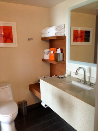 Shore Hotel: Contemporary bathroom decor