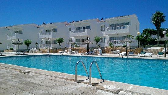 Los Naranjos Apartamentos : Pool - look how empty is was at 12 noon