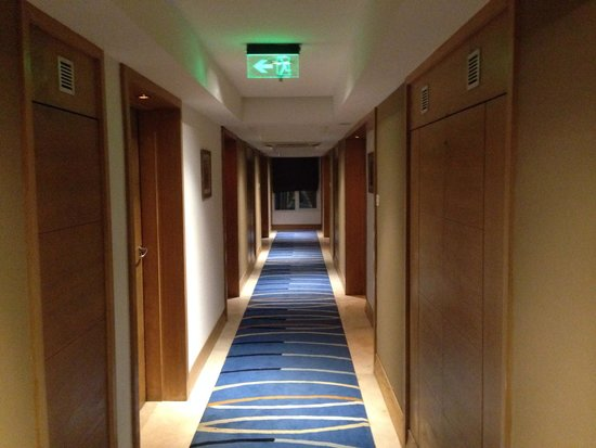 Radisson Mumbai Goregaon: Corridor leading to our room