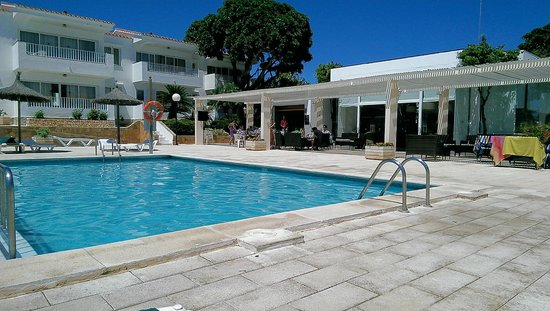 Los Naranjos Apartamentos : Pool, looking over kiddies section to bar and cafe