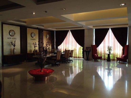 Grand Sarovar Premiere Mumbai: Front desk from lobby