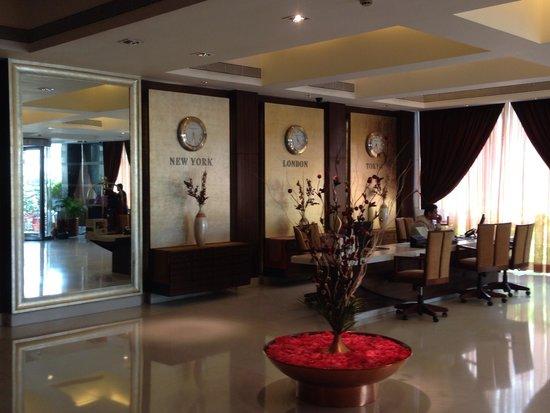 Grand Sarovar Premiere Mumbai: View of the lobby