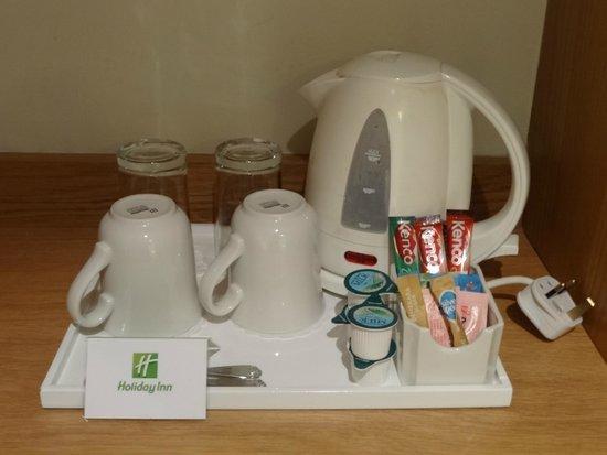 Holiday Inn London - Heathrow Ariel : Room 236 - tea/coffee making facilities