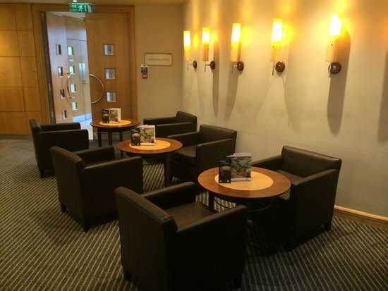 Holiday Inn London - Heathrow Ariel : Bar - a section of seating