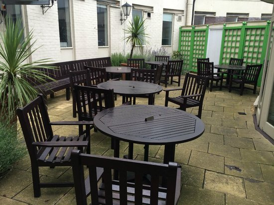 Holiday Inn London - Heathrow Ariel : Small outdoor seating area in courtyard