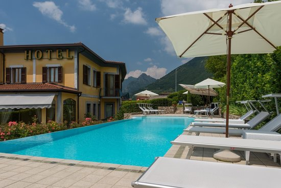 Hotel Villa Kinzica: View on the pool area and the back of the hotel