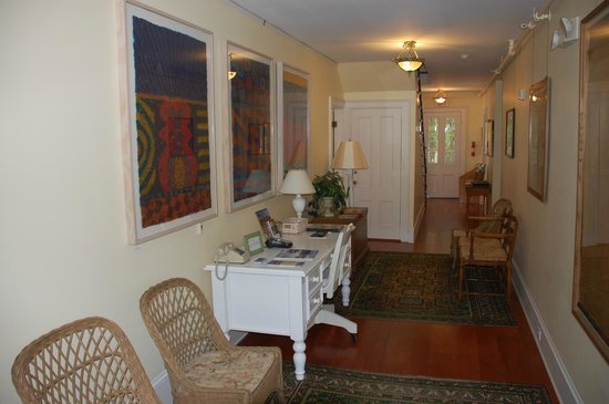 Yellow House Bed & Breakfast: The entrance hallway