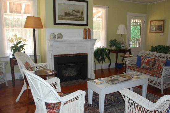 Yellow House Bed & Breakfast: Common living room area