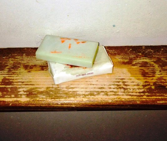 Gordon Beach Inn: Soap on badly-worn wooden shelf