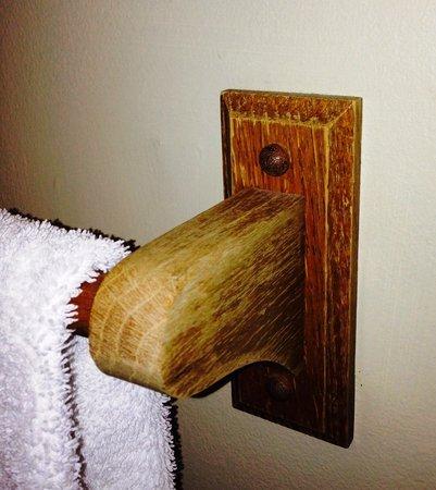 Gordon Beach Inn: Worn wooden towel rack