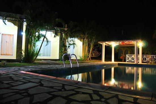 Marisa Residences : Bungalows at night