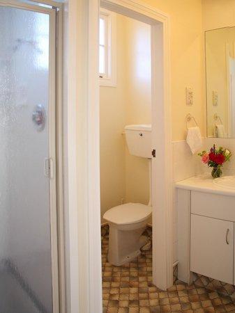Colonial Motel: Bathroom