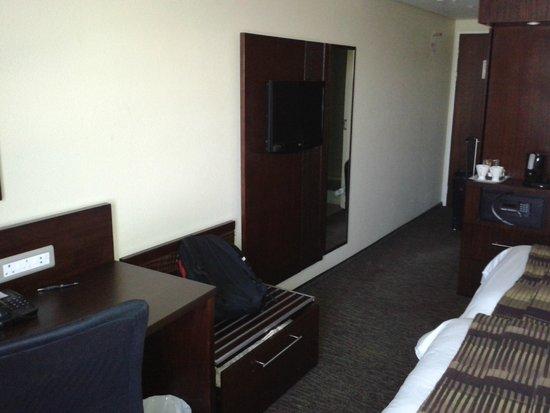 City Lodge Hotel OR Tambo Airport : TV de plasma e mesa para trabalho