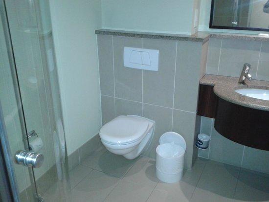 City Lodge Hotel OR Tambo Airport : Banheiro com banheira e box de vidro