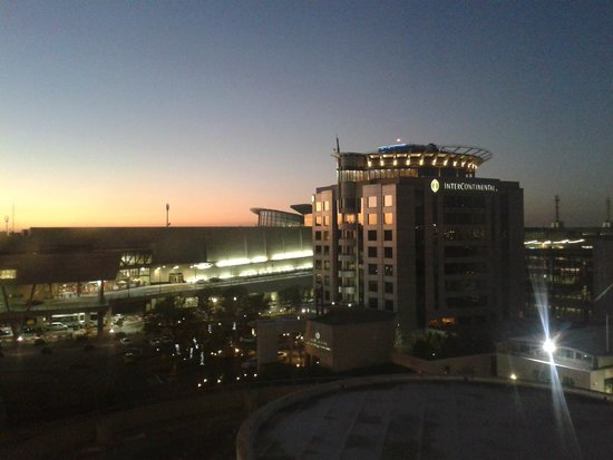 City Lodge Hotel OR Tambo Airport: Vista do hotel vizinho (Intercontinental)
