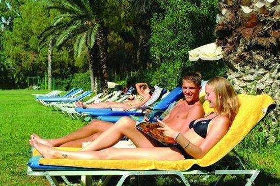 Park Beach Hotel: Отдыхать можно прямо и с морем и с бассейном!