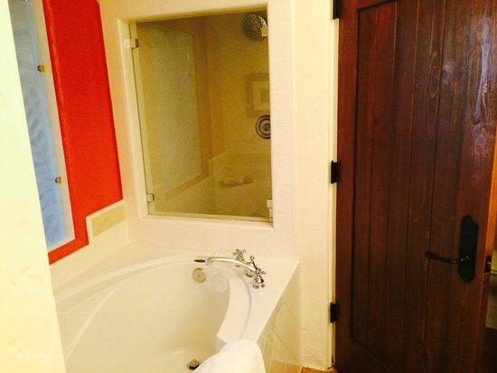 Spanish Garden Inn: Bathroom Area