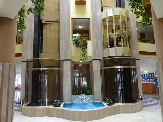 Hotel GHT Aquarium & SPA: Lifts and atrium