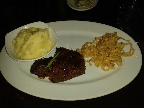 Tribes African Grill & Steakhouse: Filé de 300g com onion rings e purê de batatas
