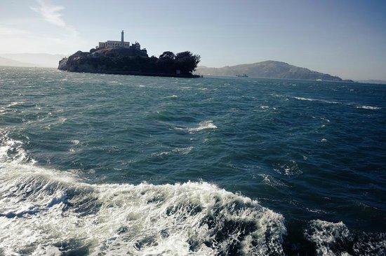 Île d'Alcatraz : Coming up to Alcatraz Island on the boat..