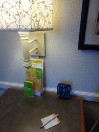 La Quinta Inn Pittsburgh Airport : The room's table