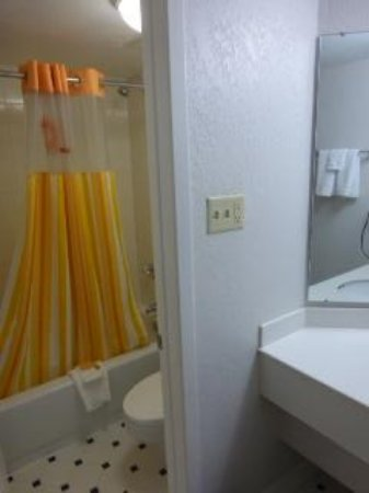 La Quinta Inn Pittsburgh Airport : The bathroom