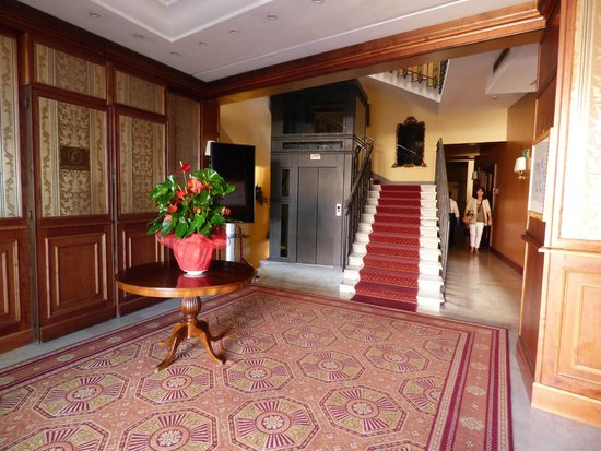 Hotel Giotto Assisi: Beautiful hotel lobby with stairs and an elevator