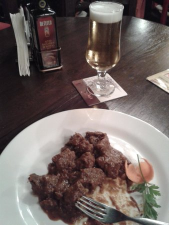 Caru' cu Bere: A pricey stew of meat
