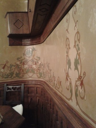Caru' cu Bere: Painted wall on the first floor