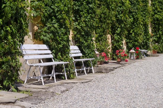 Brukenthal Palace Avrig: Benches in front of the hotel
