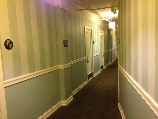 Hotel Carlton, a Joie de Vivre hotel: Hallway to room