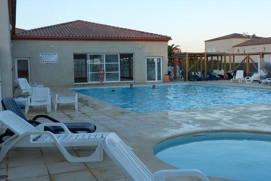 Jasses De Camargue : La piscine découverte (la couverte en arrière plan)