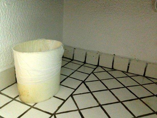 La Créole Beach Hôtel : sous le lavabo
