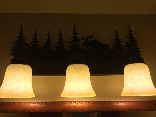 Bear Mountain Inn's Overlook Lodge: Rustic light in bath