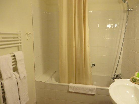 Hotel de la Cloche: Bathroom view 2