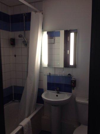 Ibis Styles London Leyton : Bathroom
