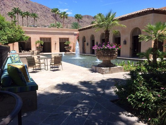 Royal Palms Resort and Spa: One of the beautiful court yards