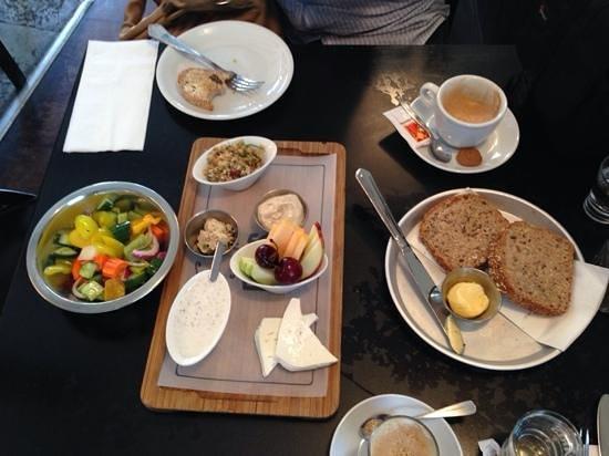 Cafe De Paris: breakfast
