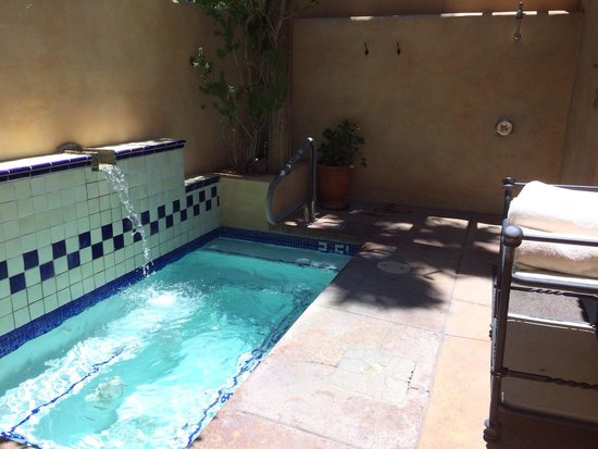 Royal Palms Resort and Spa: Hot tub and outdoor shower in the women's change room at the spa