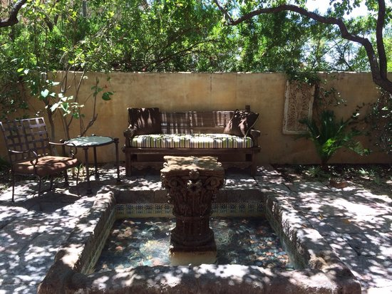 Royal Palms Resort and Spa: Lots of fountains and quaint little sitting areas like this