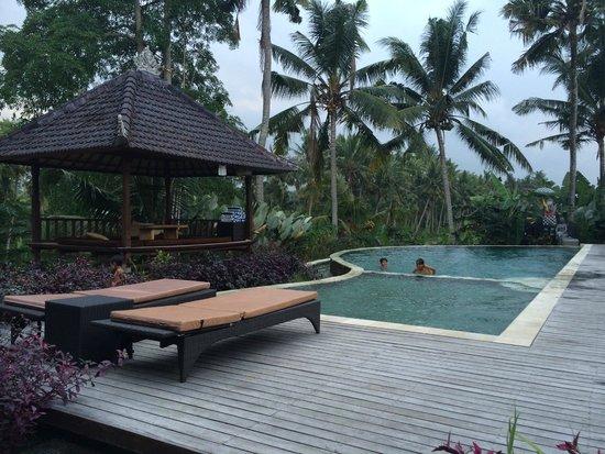 Agung Raka Resort & Villas : La piscine près du restaurant