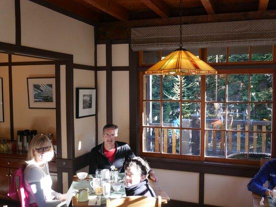 Lake O'Hara Lodge: breakfast in the lodge