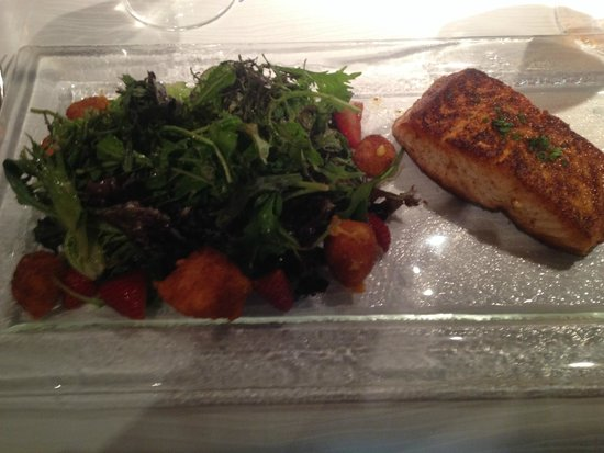 Herons: Lunch at Heron's, Salad with Blackened Salmon