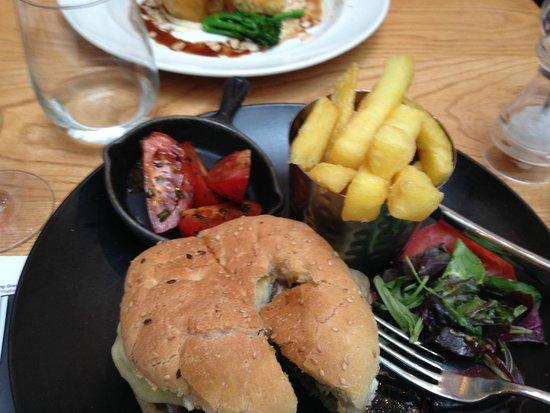 Laughing Gravy Bar & Restaurant: Beautiful burger and fries