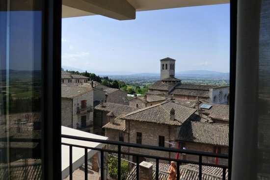 Hotel Giotto Assisi: Doorway onto balcony.  View is eye candy!