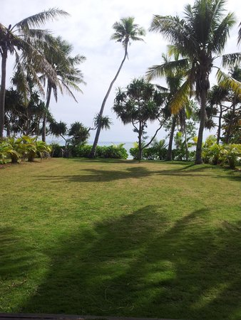 Lomani Island Resort: Deck to the beach...
