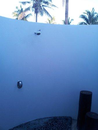Lomani Island Resort : Outdoor Shower
