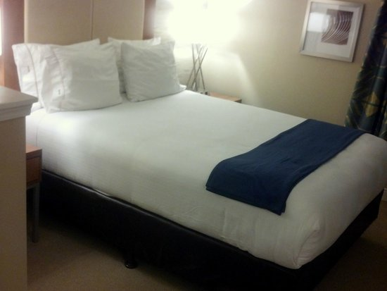Holiday Inn Express Hotel & Suites The Woodlands: Great bed in the executive suite.