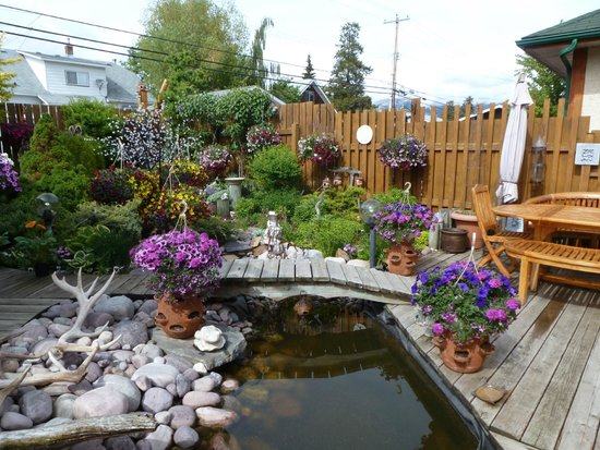 Austrian Haven Bed and Breakfast: The backyard garden